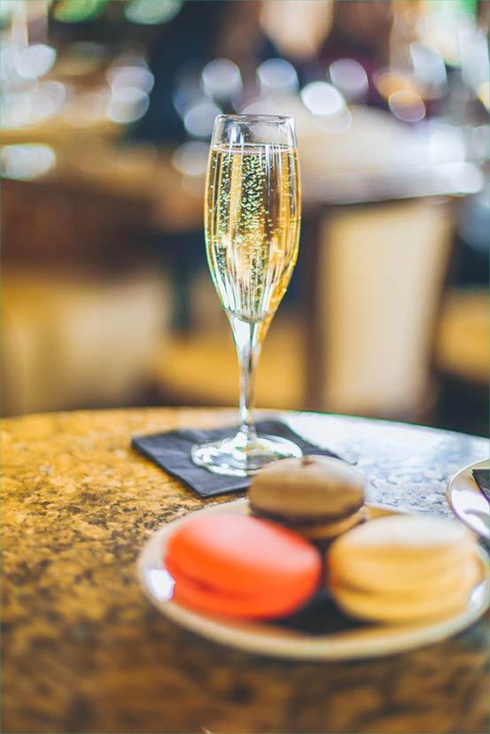 Dégustation de coupe de champagne et macarons au restaurant