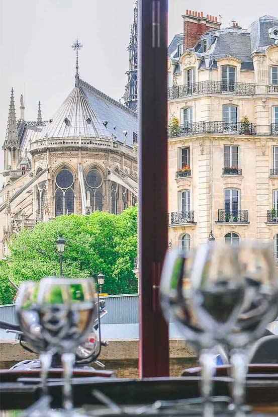Vue sur cathédrale Notre-Dame depuis le restaurant